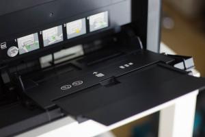 Multifunktsfach (Einzelblatteinzug) an der Vorderseite des Dells.